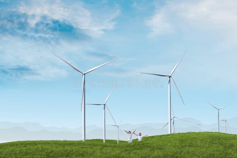 de turbinelandbouwbedrijf van de kinderenwind stock afbeeldingen