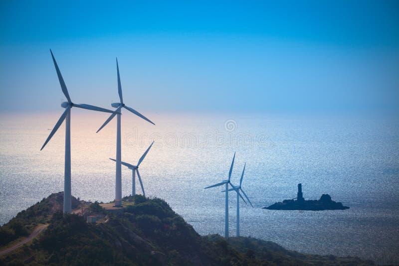 De turbines die van de wind elektriciteit produceren bij het strand royalty-vrije stock foto's
