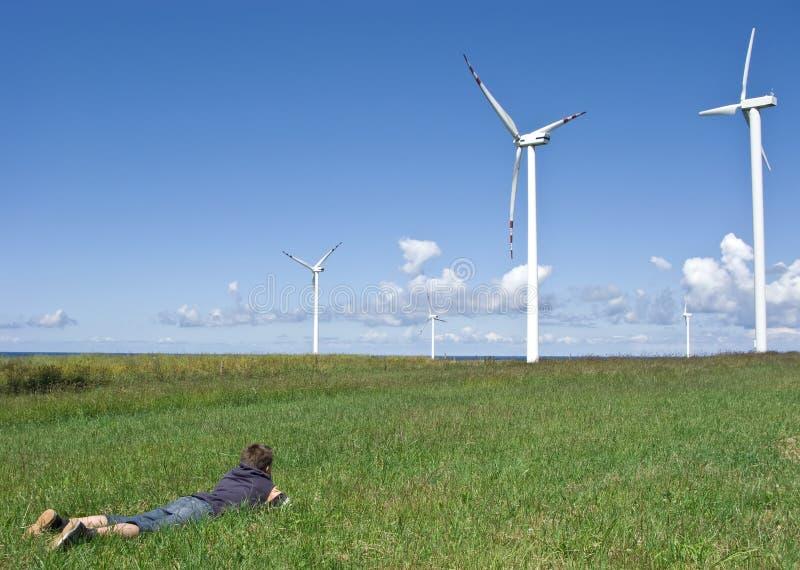 De turbines van de jongen en van de wind royalty-vrije stock fotografie