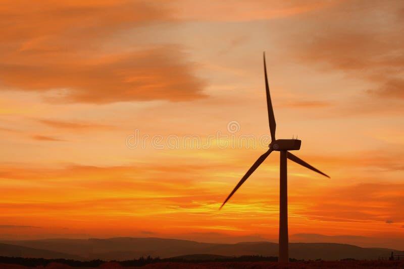 De turbines van de wind bij zonsondergang royalty-vrije stock afbeeldingen
