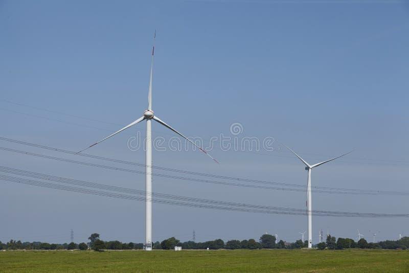 De Turbines van de wind en de Lijnen van de Macht royalty-vrije stock afbeelding