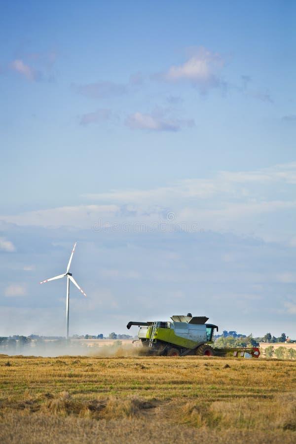 De turbines van de wind en landbouw stock foto's