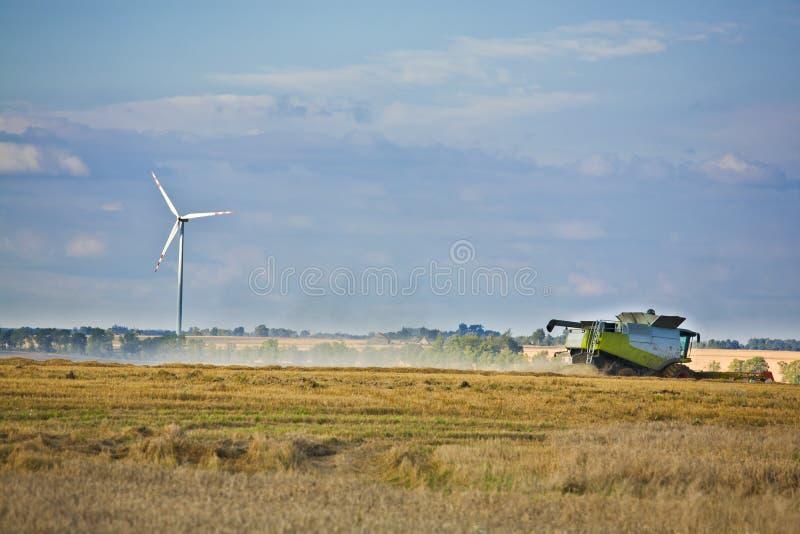 De turbines van de wind en landbouw stock afbeelding