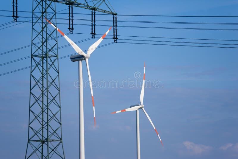 De turbines van de wind en transmissielijn royalty-vrije stock afbeeldingen