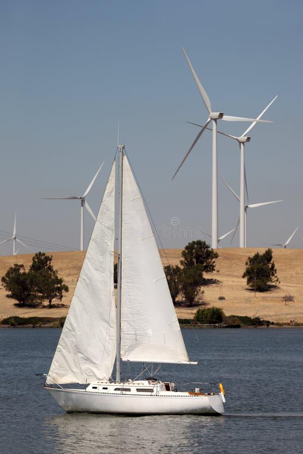 De Turbines van de wind en Zeilboot royalty-vrije stock afbeeldingen
