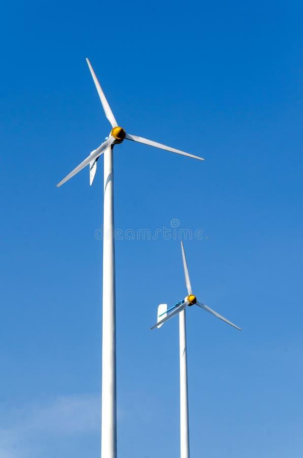 De turbines van de wind, geel gebied stock afbeeldingen