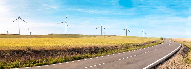 De turbines van de wind op de zomergebied, groene energie. royalty-vrije stock foto