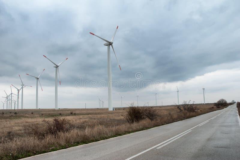 De turbines van de wind in rij stock afbeelding