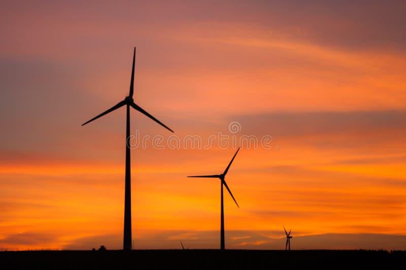 De turbines van de wind tijdens zonsondergang royalty-vrije stock afbeelding