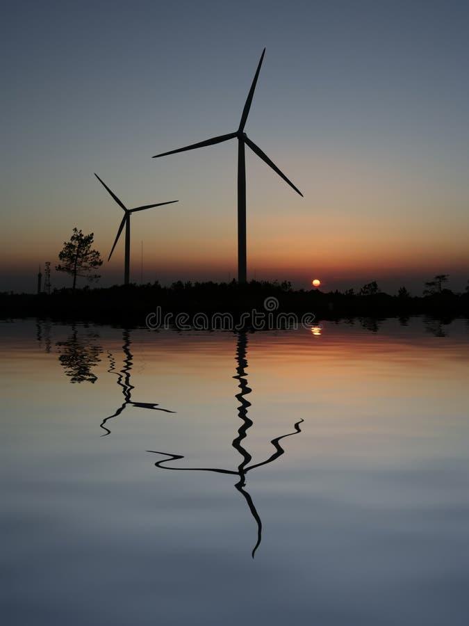De Turbines van de Wind van de zonsondergang royalty-vrije stock afbeelding