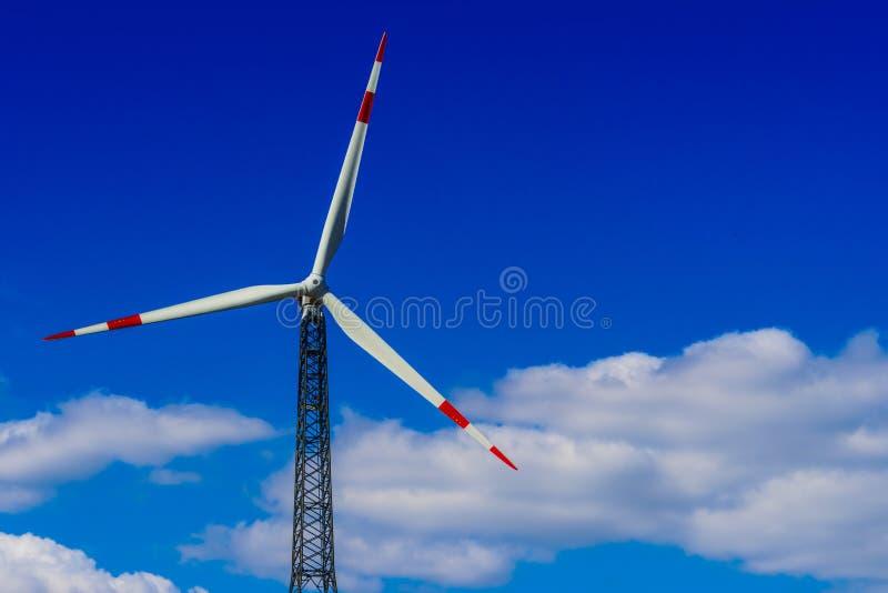 De turbineslandbouwbedrijf van de wind Windmolen stock foto