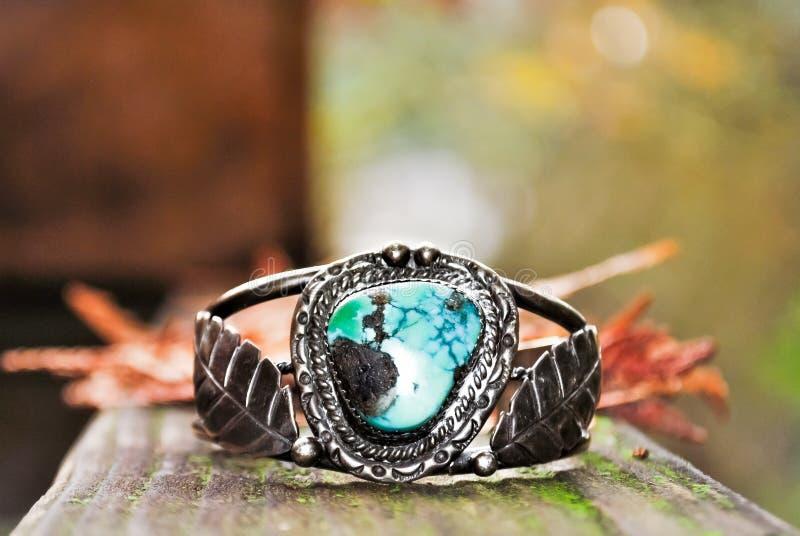 De turkooise en Echte zilveren antieke ontsierd en mooie Juwelen van de armbanddaling royalty-vrije stock afbeeldingen