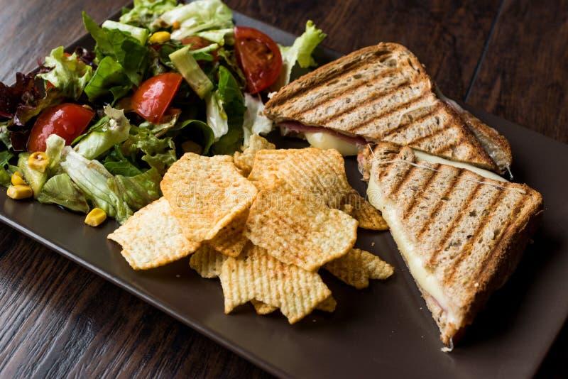 De Turkse Toost of Dubbeldekker van Tost/van de Driehoek met Gesmolten Kaas, Ham en Gediend met Spaanders en Salade royalty-vrije stock fotografie