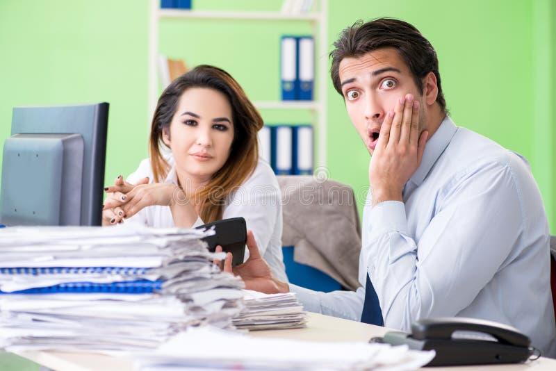 De två finansiella specialisterna som arbetar i kontoret royaltyfri bild