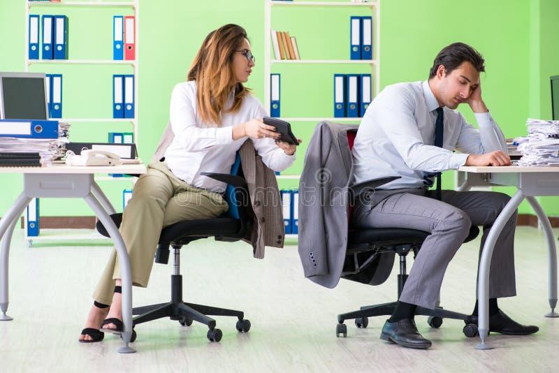 De två finansiella specialisterna som arbetar i kontoret arkivfoto