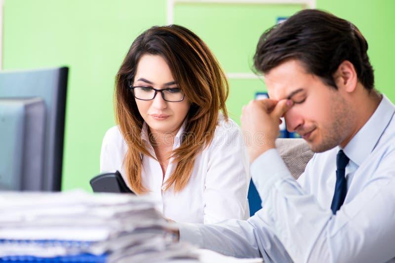 De två finansiella specialisterna som arbetar i kontoret royaltyfria bilder