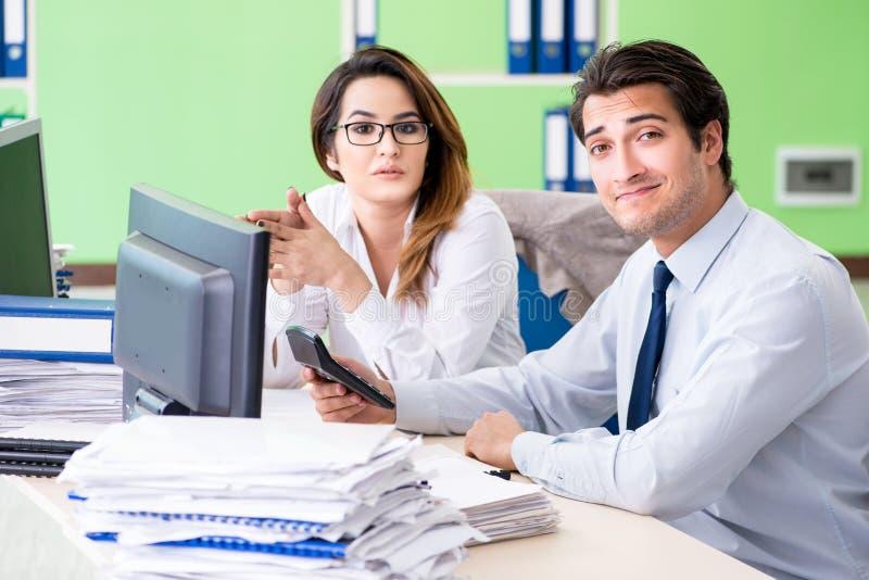 De två finansiella specialisterna som arbetar i kontoret royaltyfri foto