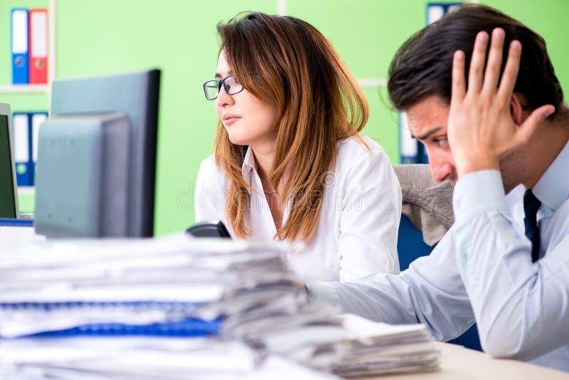 De två finansiella specialisterna som arbetar i kontoret royaltyfri fotografi