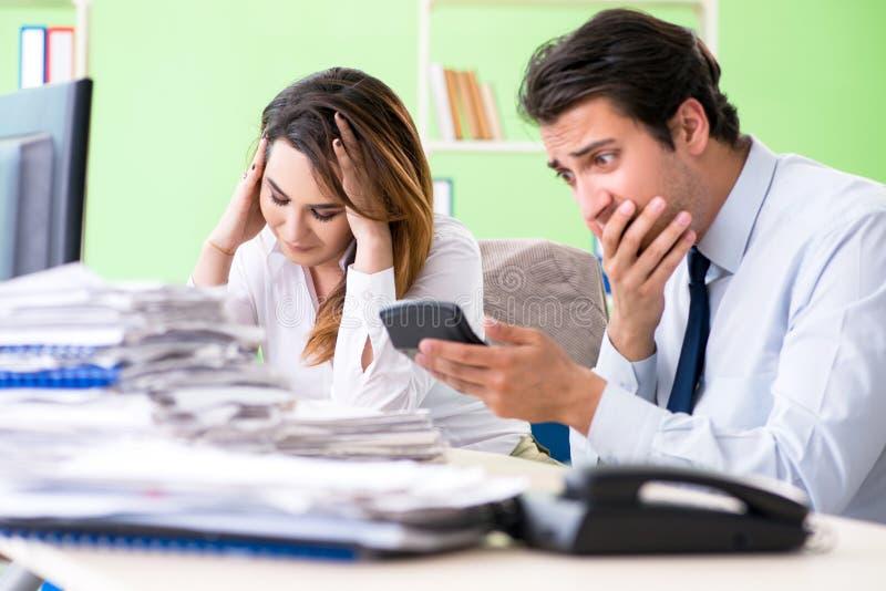 De två finansiella specialisterna som arbetar i kontoret arkivbilder