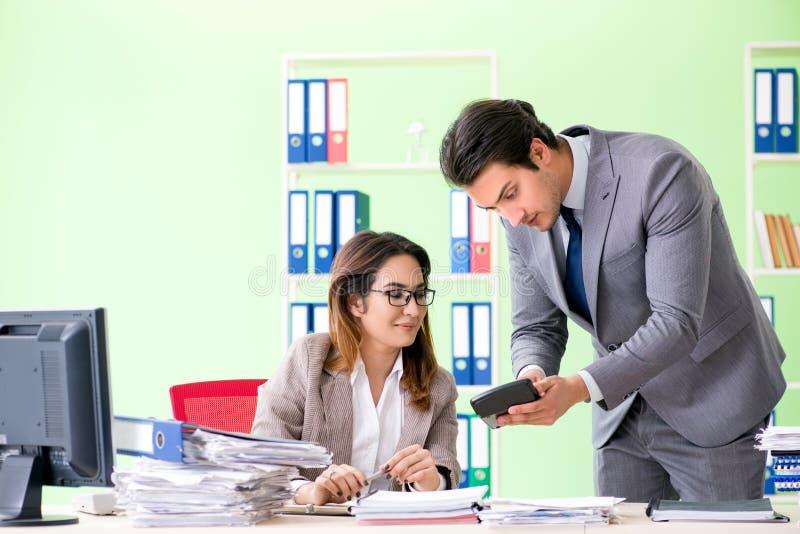 De två finansiella specialisterna som arbetar i kontoret arkivbild