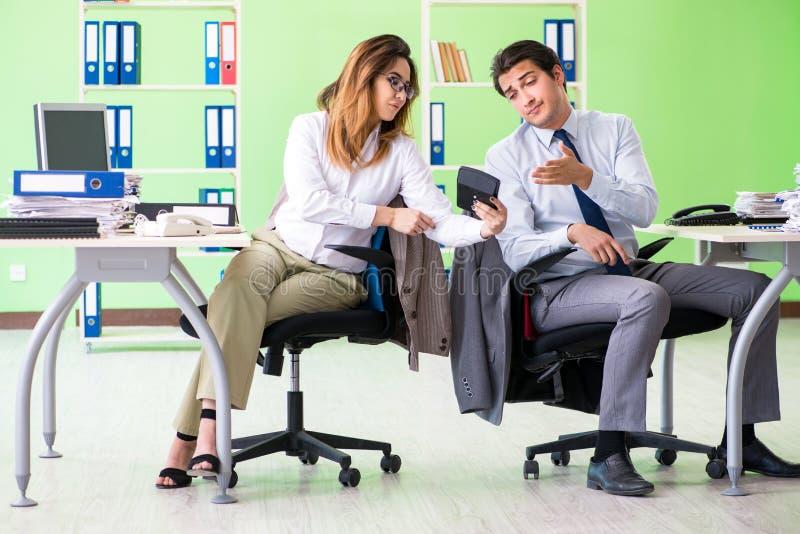 De två finansiella specialisterna som arbetar i kontoret arkivfoton
