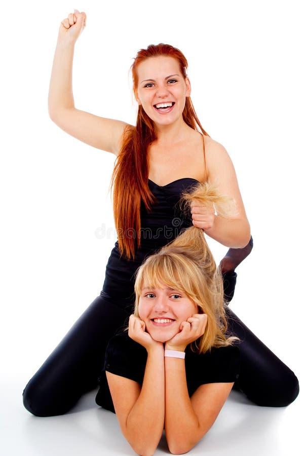 De två flickorna lägger på golvet och spelrum arkivbilder