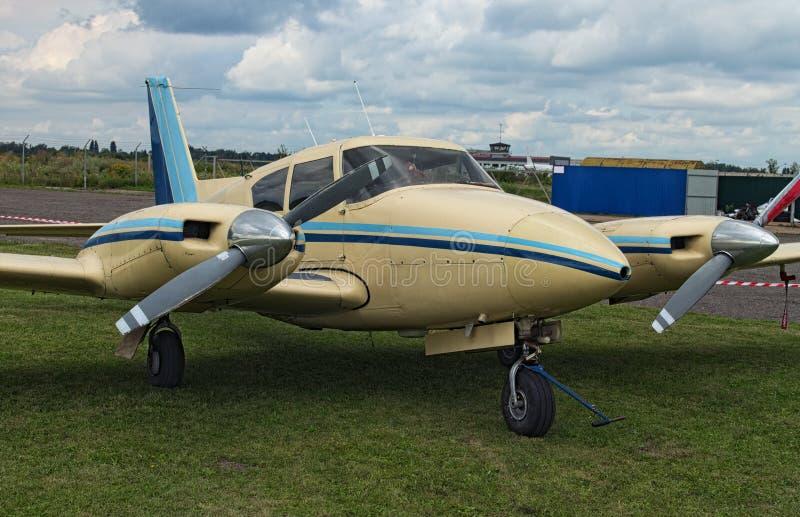 De två plana ställningarna för motor på det gröna gräset i en molnig dag Ett litet privat flygfält i Zhytomyr, Ukraina royaltyfri bild