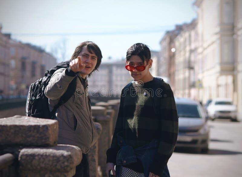 De två vännerna, en av som visar vägen royaltyfria bilder