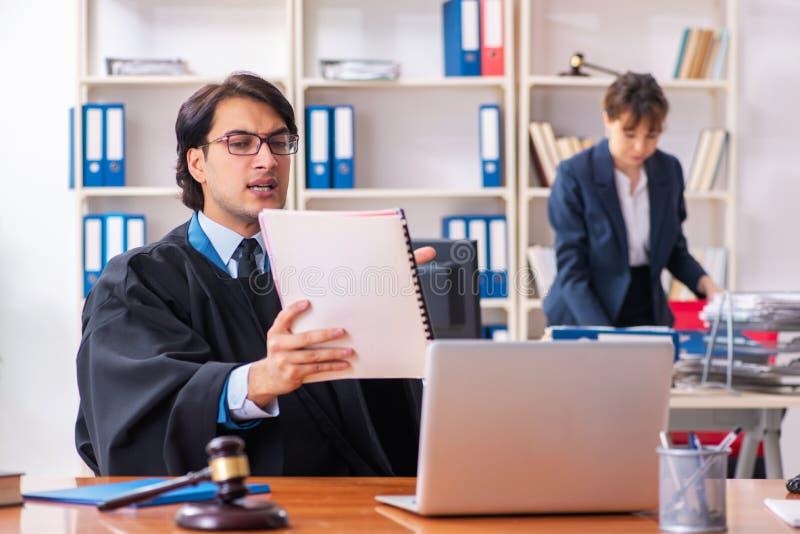 De tv? advokaterna som arbetar i kontoret royaltyfri foto
