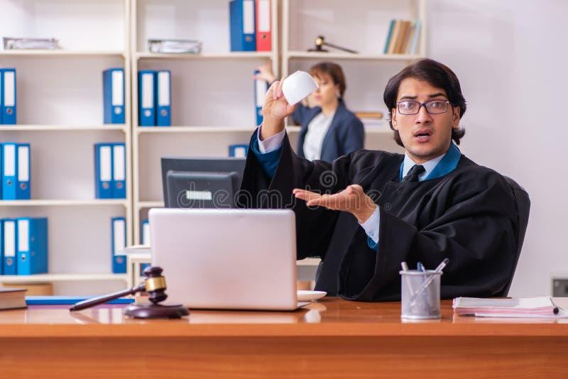 De tv? advokaterna som arbetar i kontoret royaltyfri bild
