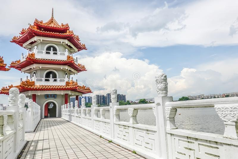 De tvilling- pagoderna på Jurong sjön, i den kinesiska trädgården med molnig himmel i Singapore royaltyfria foton
