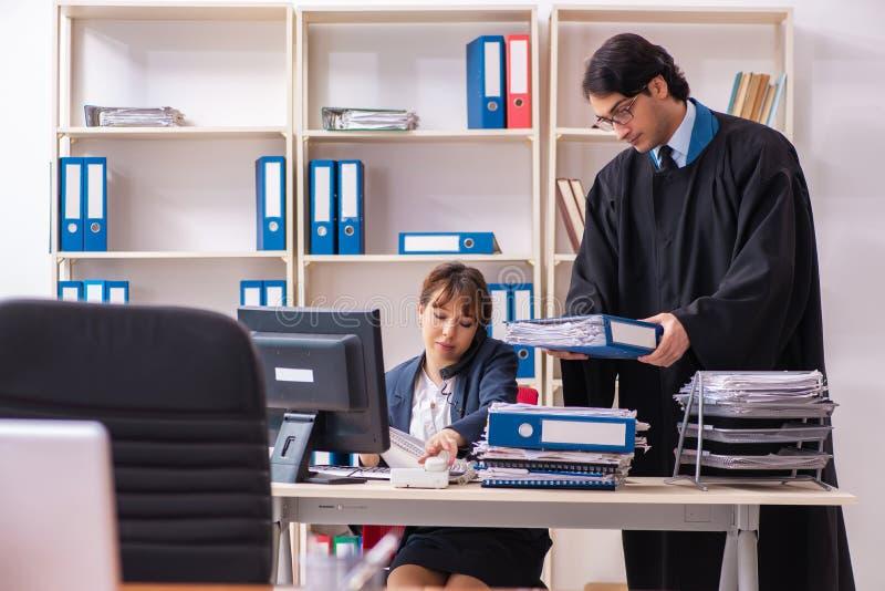 De twee advocaten die in het bureau werken stock afbeeldingen