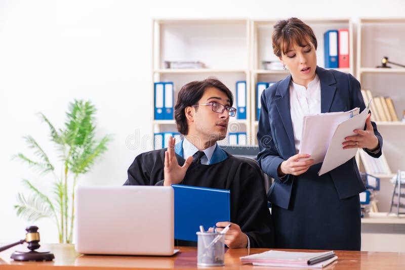 De twee advocaten die in het bureau werken stock fotografie