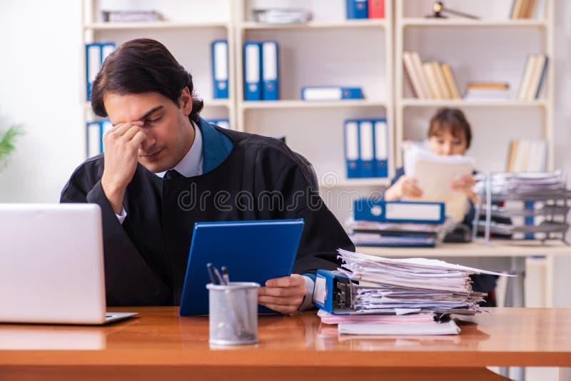 De twee advocaten die in het bureau werken stock foto's