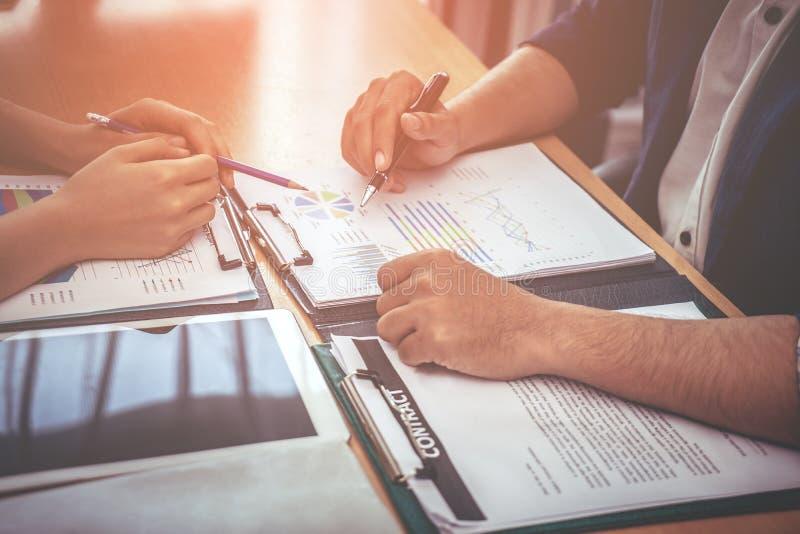 De twee bedrijfsarbeider raadpleegt over het document van bedrijfgegevens royalty-vrije stock afbeelding