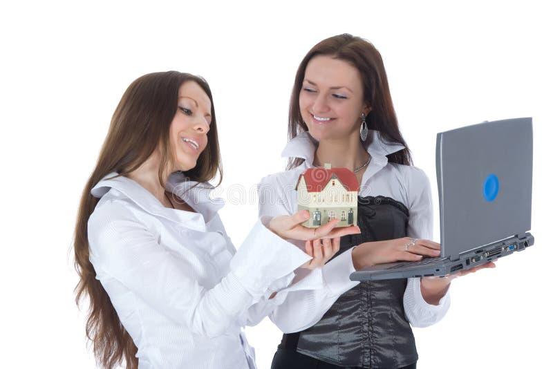 De twee bedrijfsvrouw adverteert onroerende goederen royalty-vrije stock fotografie