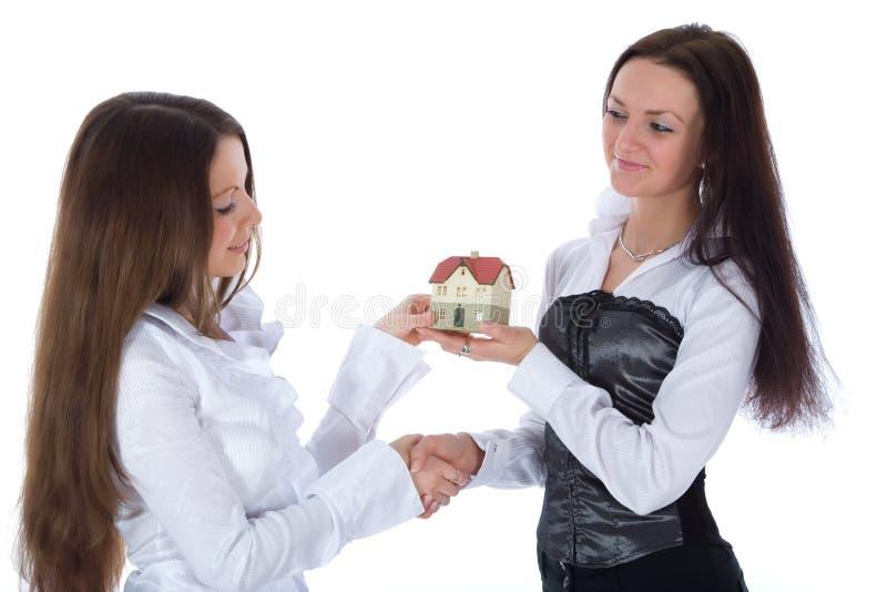 De twee bedrijfsvrouw adverteert onroerende goederen royalty-vrije stock afbeelding