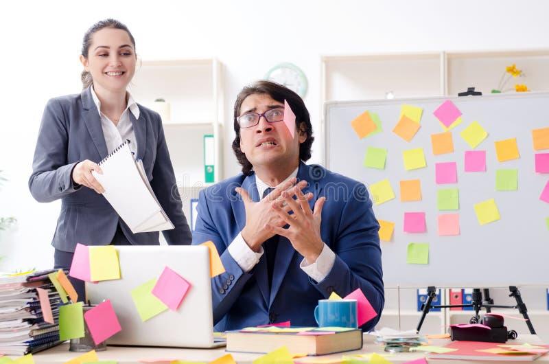 De twee collega'swerknemers die in het bureau werken royalty-vrije stock afbeelding