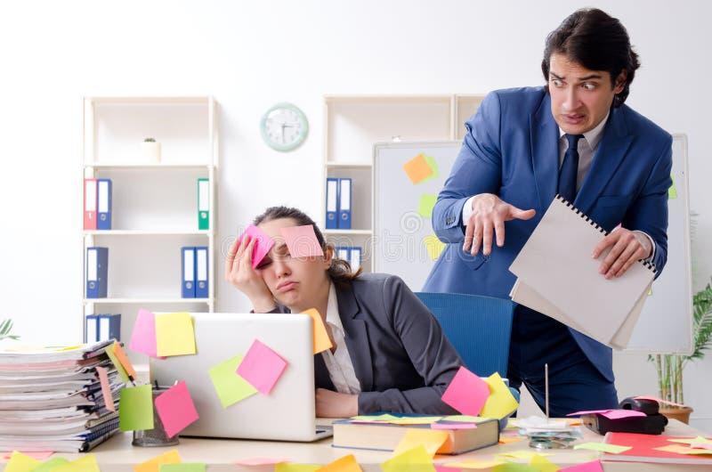 De twee collega'swerknemers die in het bureau werken royalty-vrije stock foto