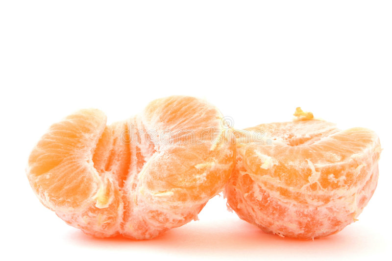 De twee gespleten helften van een gepelde mandarijn op wit royalty-vrije stock foto's