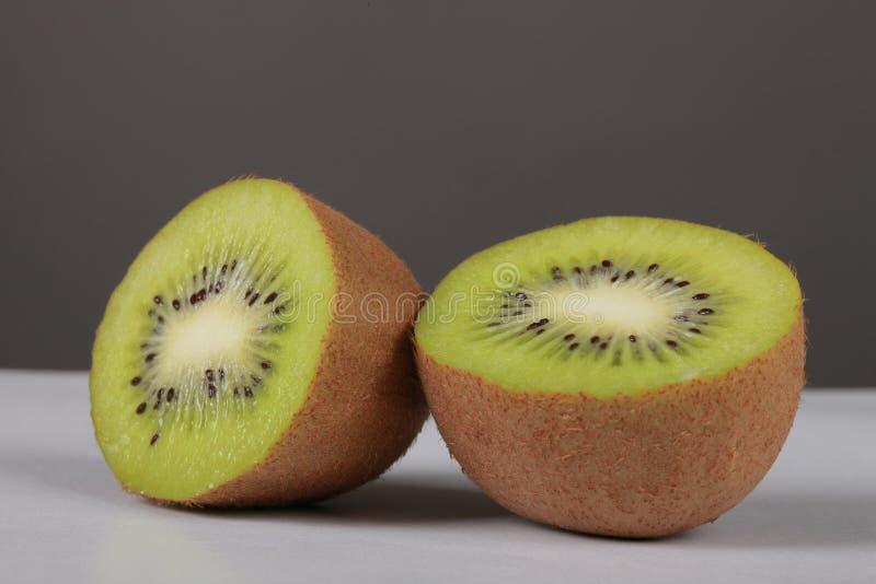 De twee helften van een kiwifruit stock foto's
