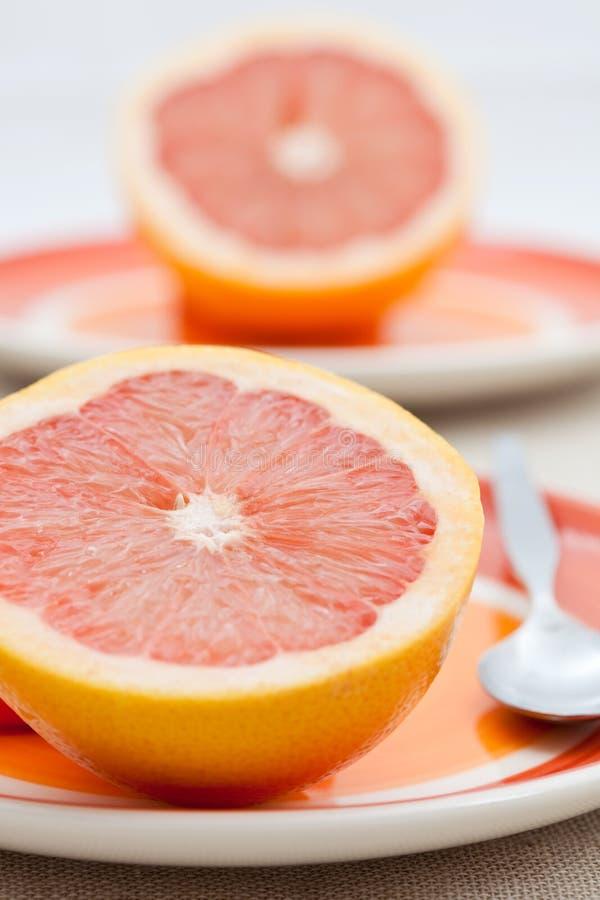 De twee helften van roze grapefruit stock foto