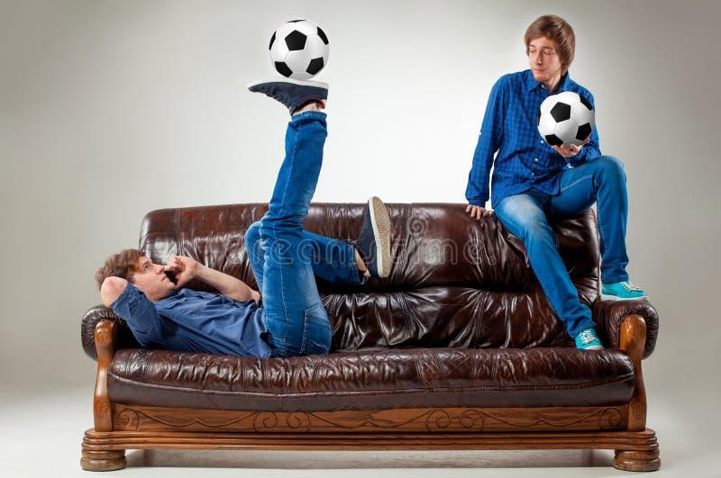 De twee kerels met ballen op grijze achtergrond royalty-vrije stock fotografie