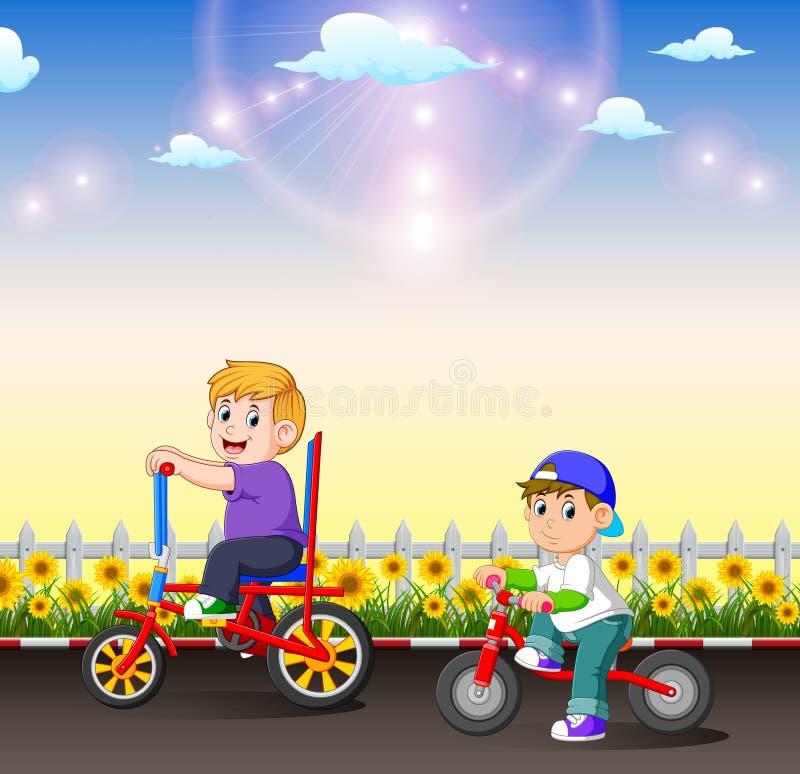 De twee kinderen berijden hun fiets in de middag stock illustratie