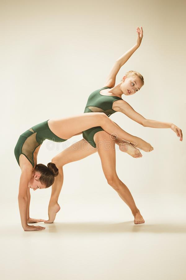 De twee moderne balletdansers royalty-vrije stock foto