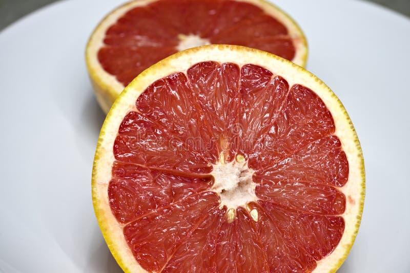 De twee roze grapefruithelften royalty-vrije stock afbeelding