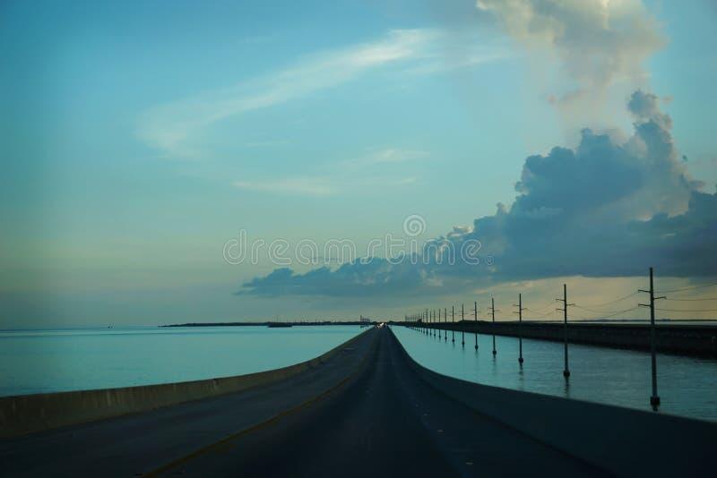 De twee steegweg die vanaf de bovenkant van de Sleutels van Florida tot Key West leidt royalty-vrije stock foto's