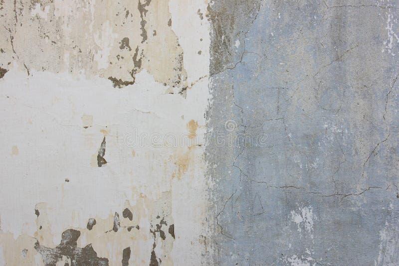 De tweekleurige blauwe en witte gepleisterde muur met vlekken, krast royalty-vrije stock foto's