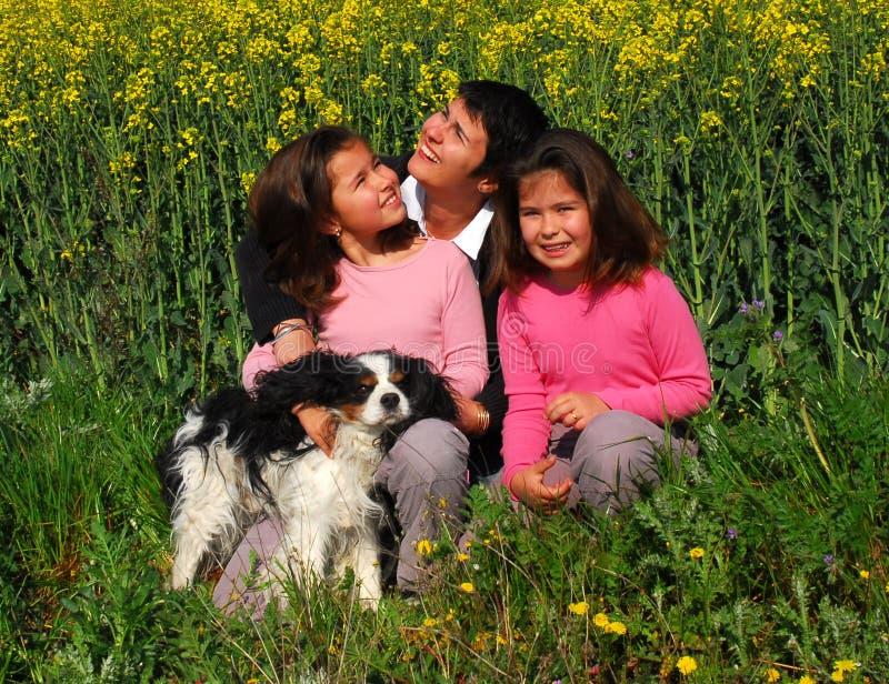 De tweelingen van de moeder en van zusters stock foto