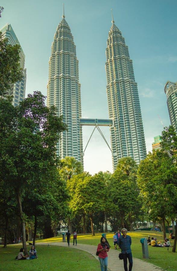 De tweelingtorens en het groene park in Kuala Lumpur stock afbeeldingen